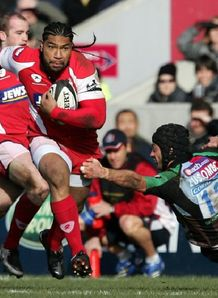 Lesley Vainikolo goes on a rampaging run against Harlequins