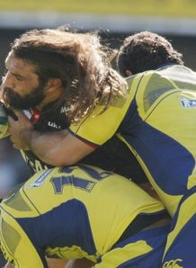 Chabal wrapped up by Clermont
