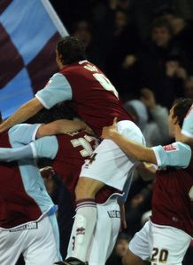 burnley celebrate arsenal carling cup