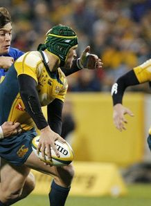 Matt Giteau feeds James O Connor against Italy