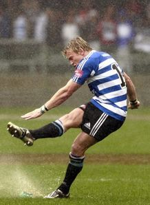Joe Pietersen kicks in rain