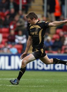 Dan Biggar shapes to kick