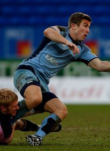 Richard Mustoe offload for Cardiff Blues
