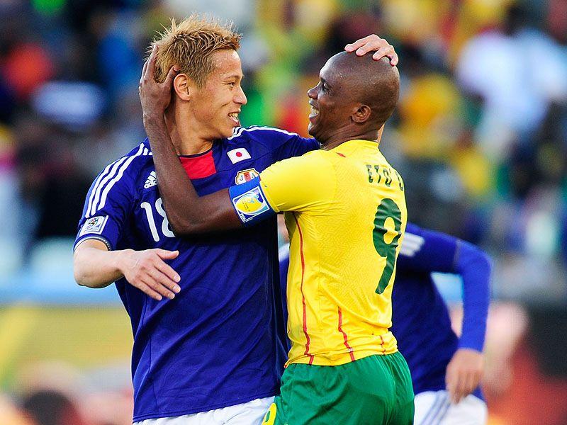[CdM 2010] Les plus belles photos Samuel-Eto-o-Keisuke-Honda-Cameroon-World-Cup_2465613