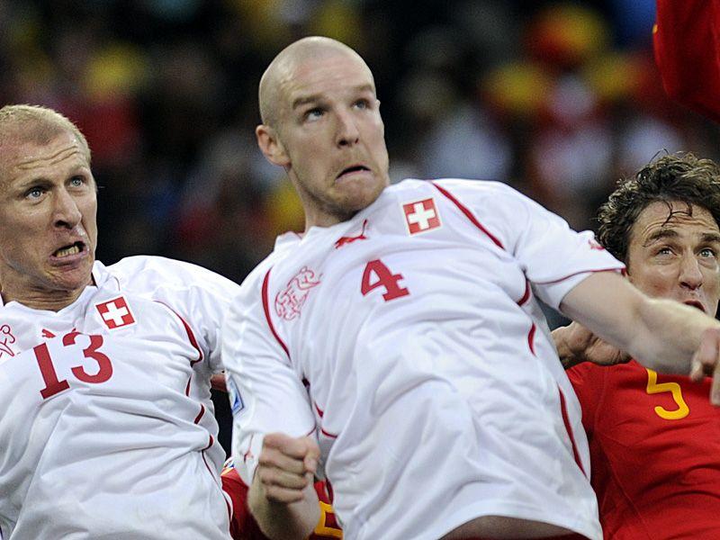 [CdM 2010] Les plus belles photos World-Cup-Spain-Switzerland-Senderos_2466487