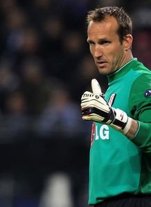 Schwarzer staying with Fulham