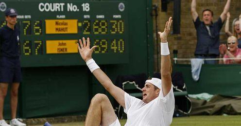 John Isner celebrates beating Nicolas Mahut