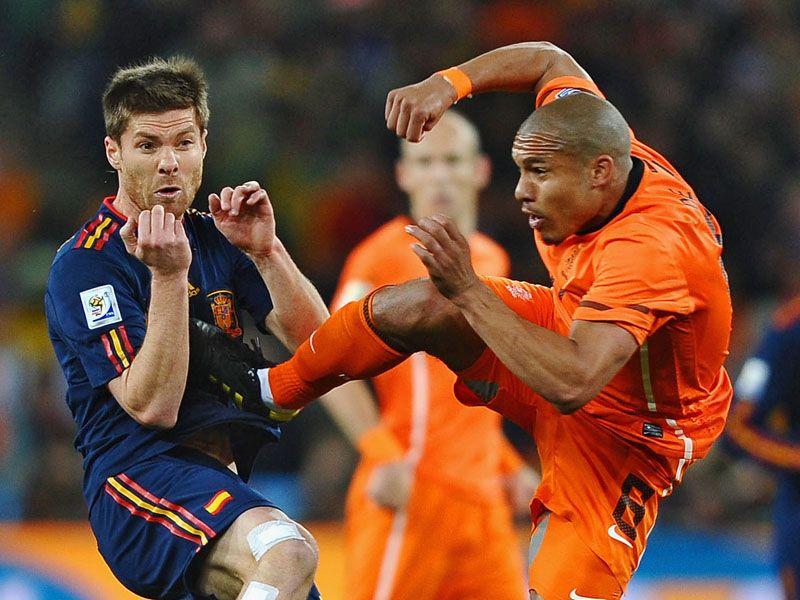 [CdM 2010] Les plus belles photos - Page 3 De-Jong-Alonso-Foul-Holland-Spain-World-Cup-F_2476489