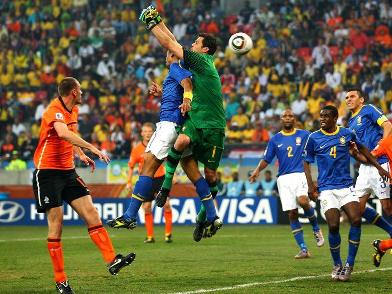 [CdM 2010] Les plus belles photos - Page 3 Julio-Cesar-Sneijder-Brazil-World-Cup-2010-Qu_2473321