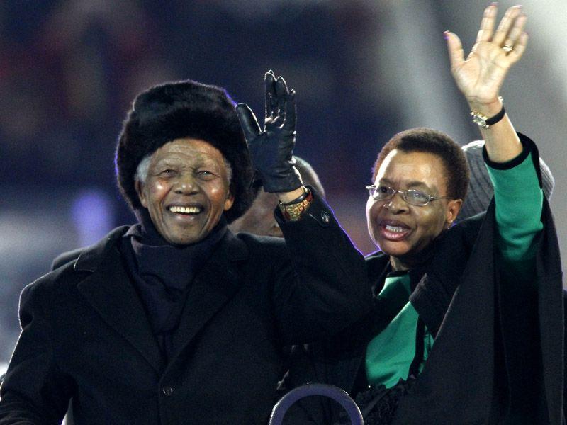 [CdM 2010] Les plus belles photos - Page 3 Nelson-Mandela-World-Cup-Final-Trophy-Champio_2476700