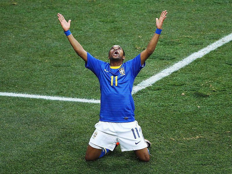 [CdM 2010] Les plus belles photos - Page 3 Robinho-Holland-Brazil-World-Cup-2010-Quarter_2473286