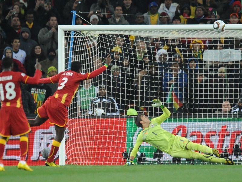 [CdM 2010] Les plus belles photos - Page 3 Uruguay-v-Ghana-Asamoah-Gyan-shoots-over-pena_2473471