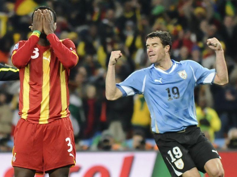 [CdM 2010] Les plus belles photos - Page 3 Uruguay-v-Ghana-Asamoah-Gyan-woe-Uruguay-cele_2473472
