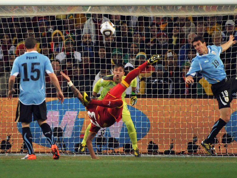 [CdM 2010] Les plus belles photos - Page 3 Uruguay-v-Ghana-KevinPrince-Boateng-overhead_2473423