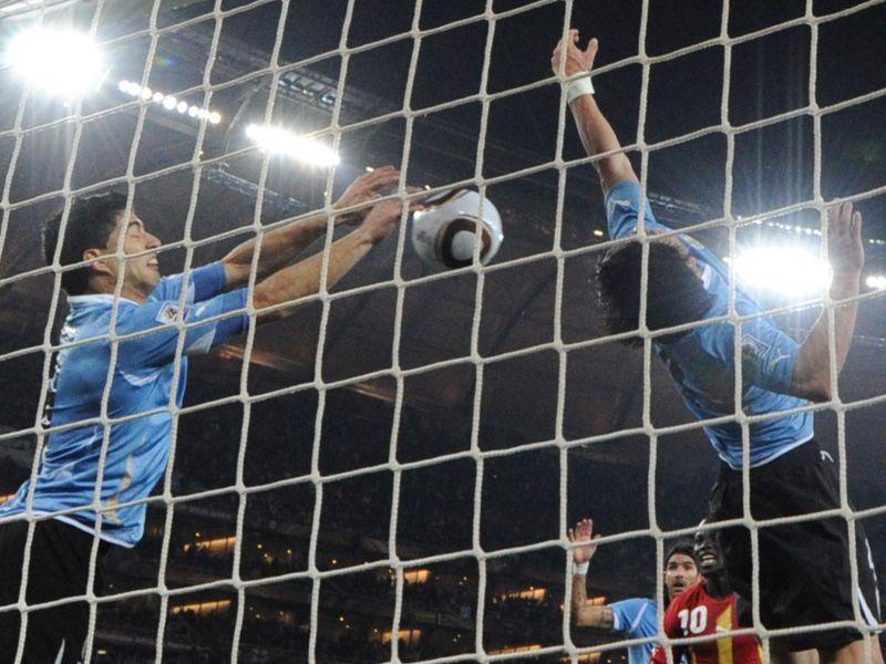 [CdM 2010] Les plus belles photos - Page 3 Uruguay-v-Ghana-Luis-Suarez-handball_2473469