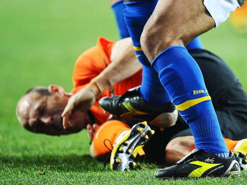 [CdM 2010] Les plus belles photos - Page 3 Wesley-Sneijder-Felipe-Melo-Holland-Brazil-Wo_2473341