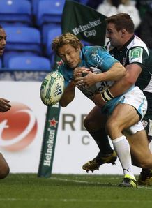 Jonny Wilkinson going close against London Irish