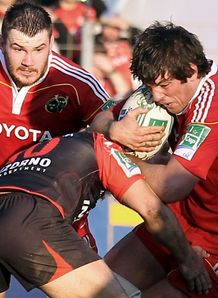 Toulon s Jonny Wilkinson C vies with Munster s Donncha O Callaghan R during the European H Cup rugby union match Toulon vs Munster