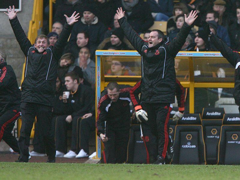 [2010/2011] Premier League - Page 14 Kenny-Dalglish-Steve-Clarke-Liverpool-Premier_2553947
