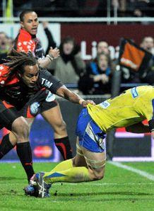 Clermont s Julien Bonnaire R scores v Toulon