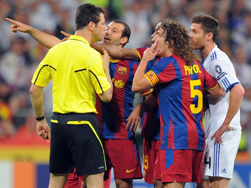 barcelona surround the referee to try and sway his decision