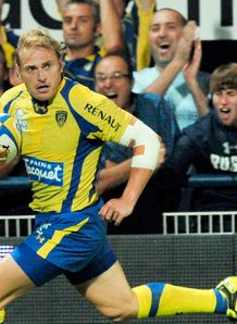 Clermont s South African winger Brent Russel scores