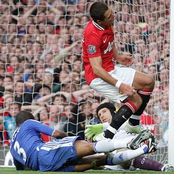 Manchester-United-v-Chelsea-Ashley-Cole-tackl_2654425.jpg
