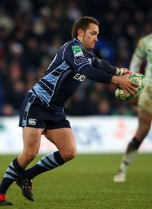 Dan Parks about to kick for Cardiff Blues