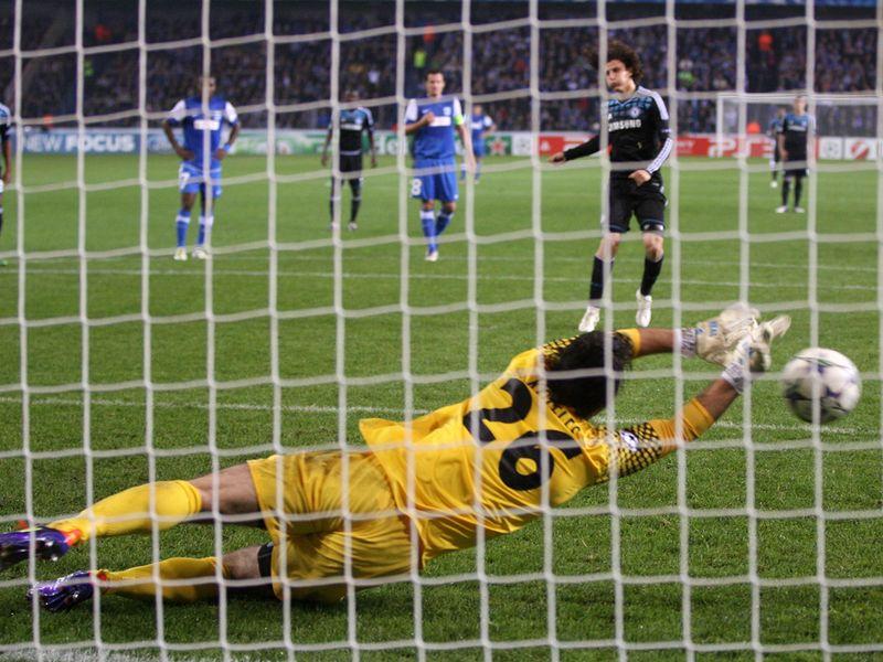 http://img.skysports.com/11/11/800x600/David-Luiz-misses-penalty-Genk-v-Chelsea_2673090.jpg