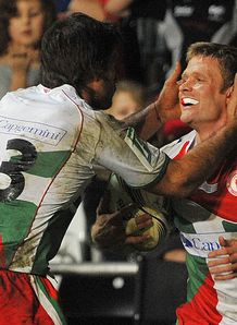 Biarritz Olympique s English wing Iain Balshaw R celebrates with Argentinian centre Marcelo Bosch