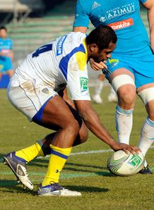 Sitiveni Sivivatu dotting down for Clermont