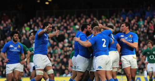 Italy celebrate Sergio Parisses try against Ireland