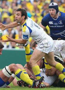 Morgan Parra of Clermont Auvergne passes the ball v leinster