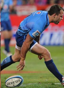Bulls scrum half Francois Hougaard scoring by the posts