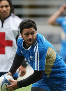 Piri Weepu of the All Blacks passes 11 sep 2012
