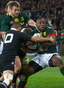 Tendai Mtawarira bouncing off a tackle for Springboks