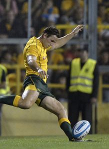 Mike Harris kicking for Australia in Rosario