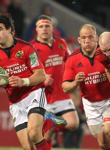 Munster s Conor Murray L escapes the tackle