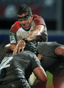 Biarritz number eight Imanol Harinordoquy C vies with Connacht