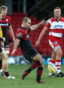 Charlie Hodgson kicking from hand for Saracens
