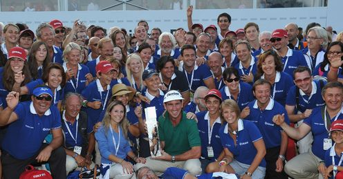 This year's Italian Open winner Gonalo Fernandez-Castano poses with volunteers