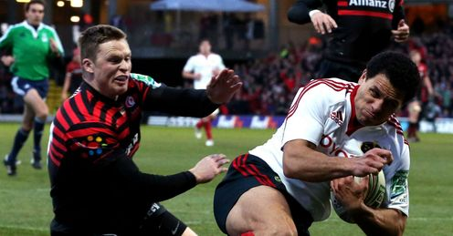 Doug Howlett of Munster outpaces Chris Ashton of Saracens