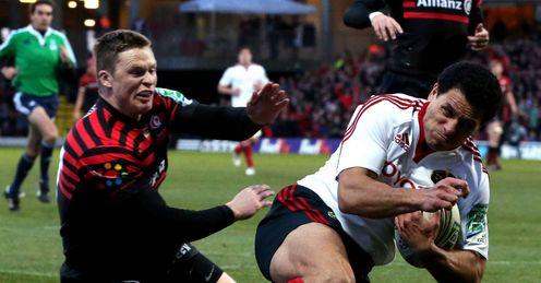 Doug Howlett of Munster outpaces Chris Ashton of Saracens