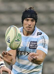 Antoine Battut of Racing Metro passes the ball