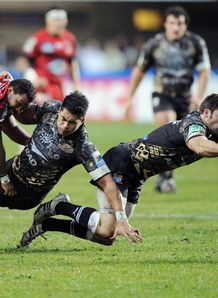Johnnie Beattie diving on a ball for Montpellier