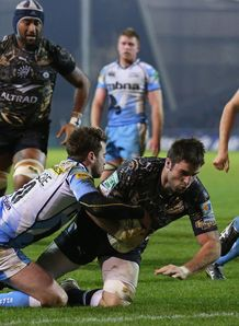 Johnnie Beattie of Montpellier holds off a tackle from Danny Cipriani of Sale