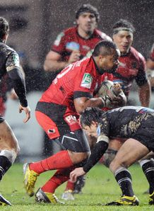 Mathieu Bastareaud taking contact for Toulon