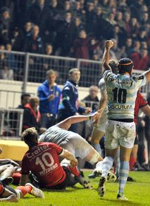 Racing M tro s player celebrate after winning in Toulon