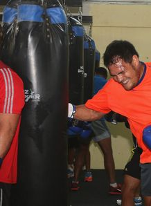 Luke Braid boxing with Angus Ta avao