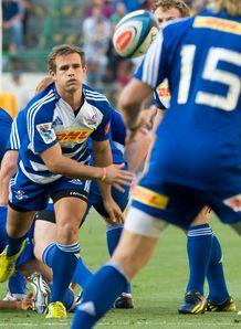 Stormers scrum half Nic Groom passing